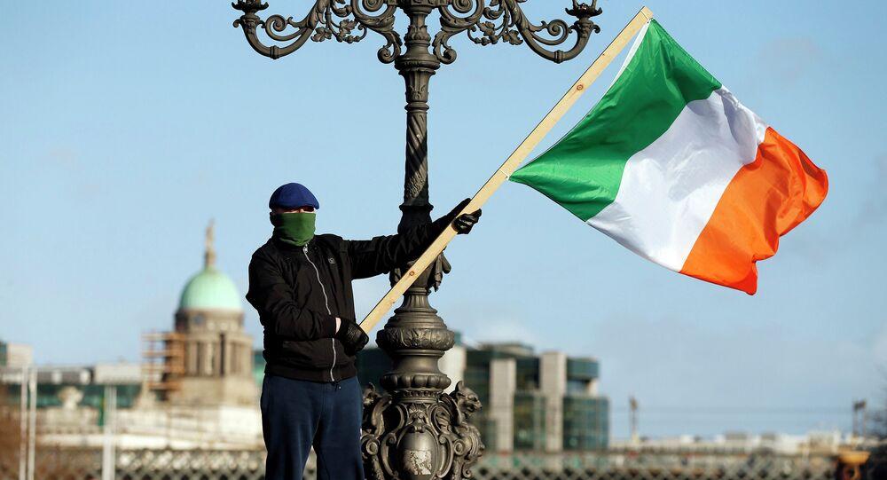 Manifestante protesta em Dublin contra a austeridade adotada após o resgate financeiro da Irlanda