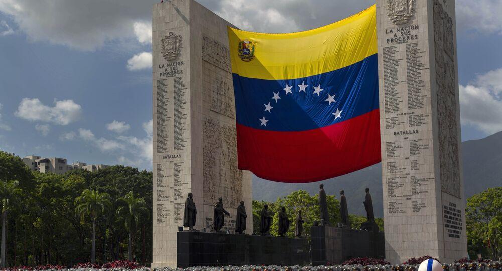 Homens da Guarda Nacional da Venezuela marcham  pelas ruas de Caracas em comemoração ao Dia da Independência do país, em 5 de julho de 2016