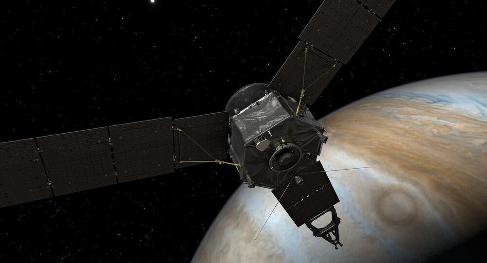 A sonda Juno na órbita de Júpiter.