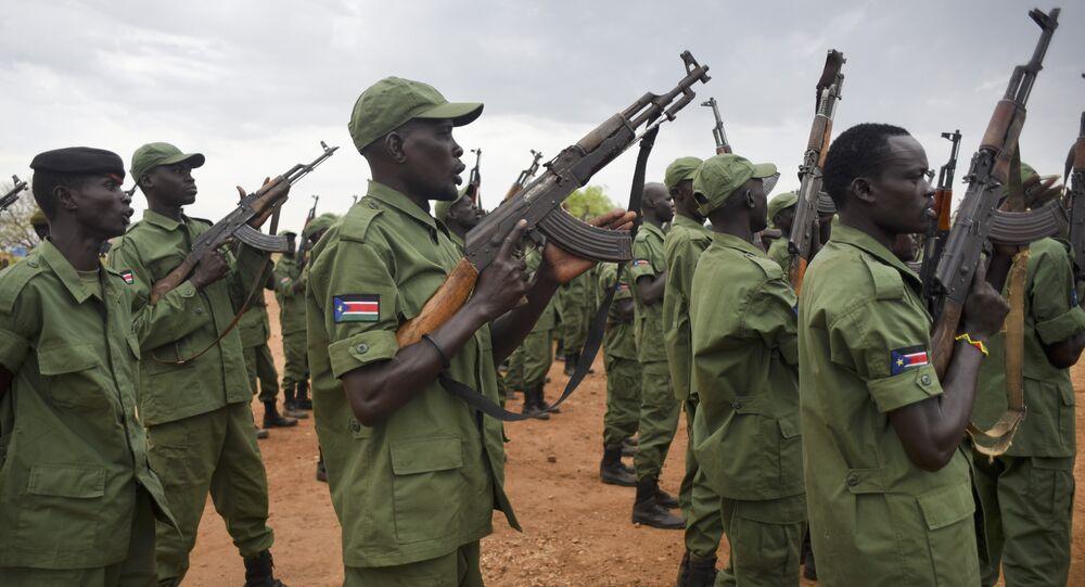 Soldados rebeldes do Sudão do Sul treinando em um campo militar de Juba, capital do país, em 7 de abril de 2016