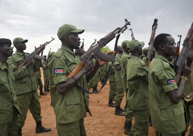 Soldados rebeldes do Sudão do Sul se treinam em um campo militar de Juba em 7 de abril de 2016