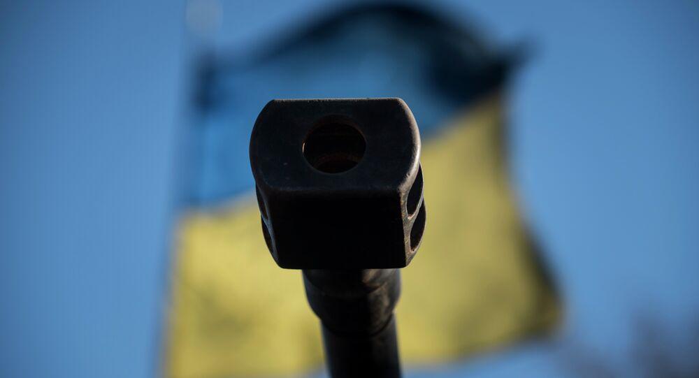 Canhão e bandeira ucraniana em Donbass (foto de arquivo)