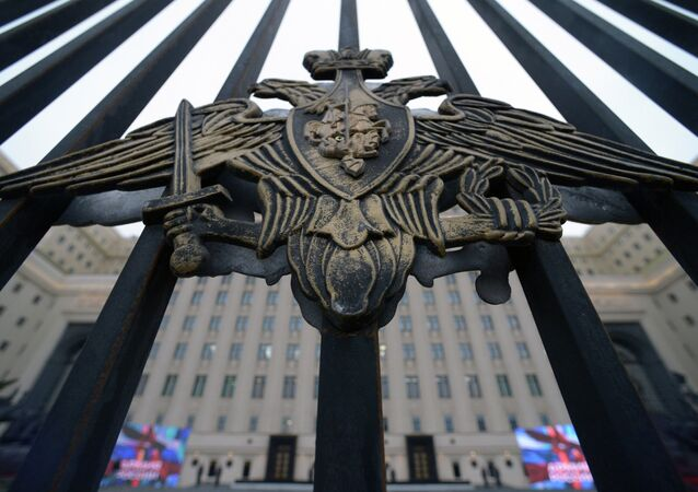 Portões em frente ao Ministério da Defesa da Rússia