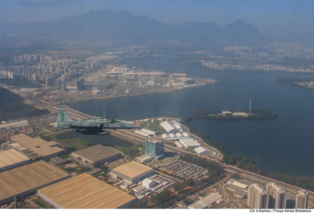 Caça F-5 da FAB em voo de interceptação