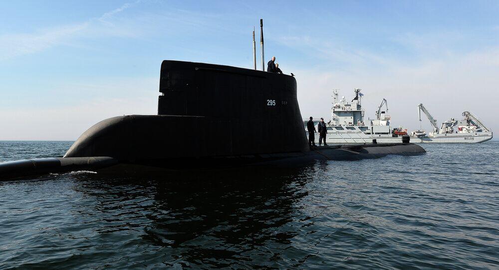 Submarino ORP Sep e navio da Suécia HSWMS durante os exercícios militares da OTAN