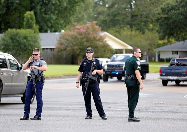 Policiais bloqueiam rua após ataque contra policiais em Baton Rouge, Lousiana, EUA