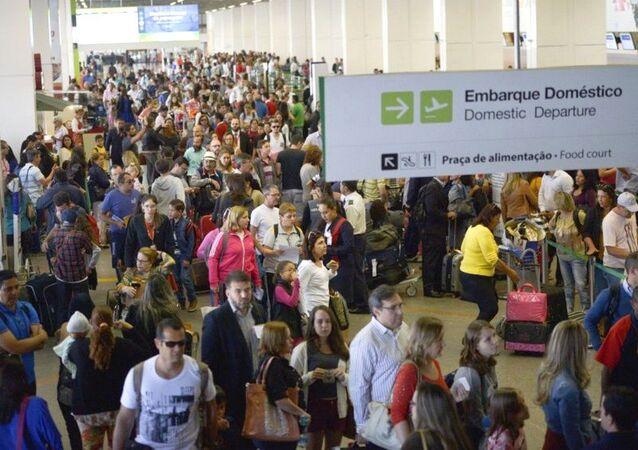 A partir de hoje (18) a inspeção de bagagens nos aeroportos do país estará mais rigorosa, o que gerou grandes filas nos terminais.