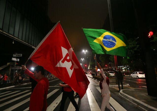 Bandeiras do PT e do Brasil.