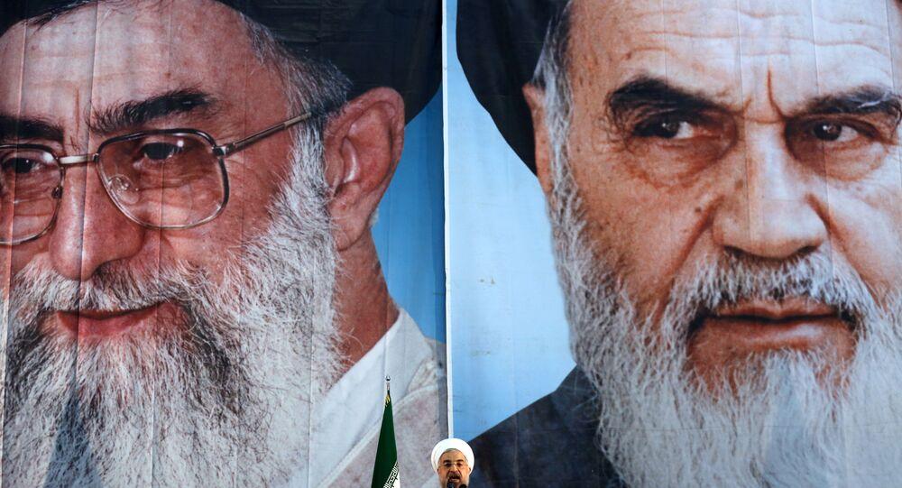 Presidente iraniano Hassan Rouhani faz discurso com retratos do Líder Supremo do Irã Ayatollah Ali Khamenei e do fundador da República Islâmica do Irã Ayatollah Ruhollah Khomeini ao fundo