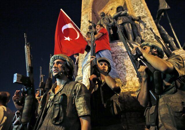 Soldados do exército turco guardam a área na praça Taksim, no centro de Istambul, durante uma manifestação pró-Erdogan em 16 de julho de 2016