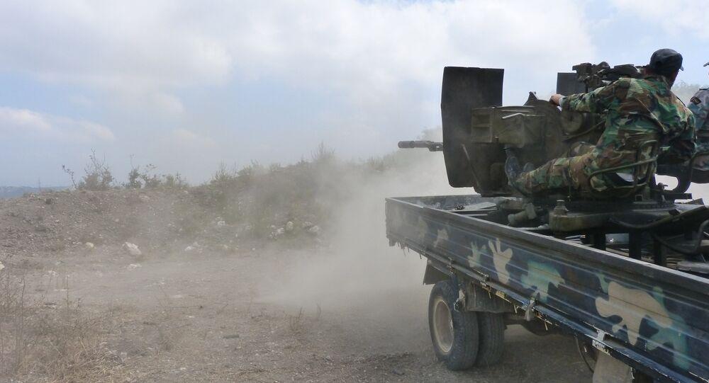 O exército sírio durante um combate no bairro de Salamiya da província de Hama (foto de arquivo)
