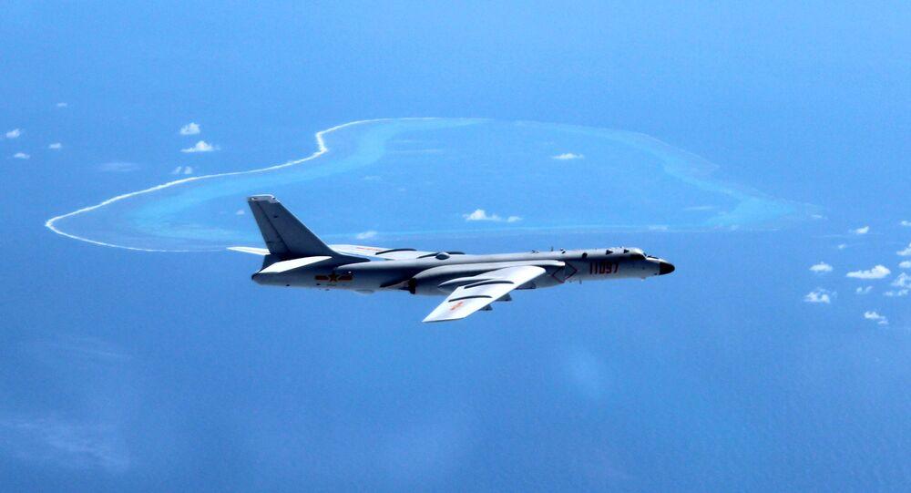 Bombardeiro H-6K patrulha o mar do Sul da China