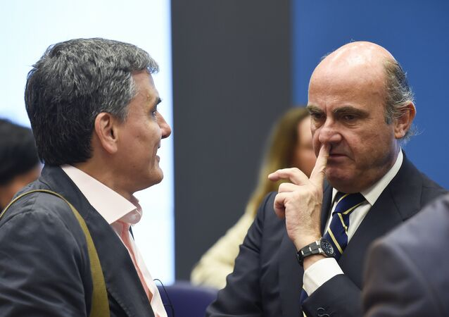 Ministro espanhol, Luis de Guindos fala com o seu homólogo grego em Luxemburgo, 16 de junho de 2016
