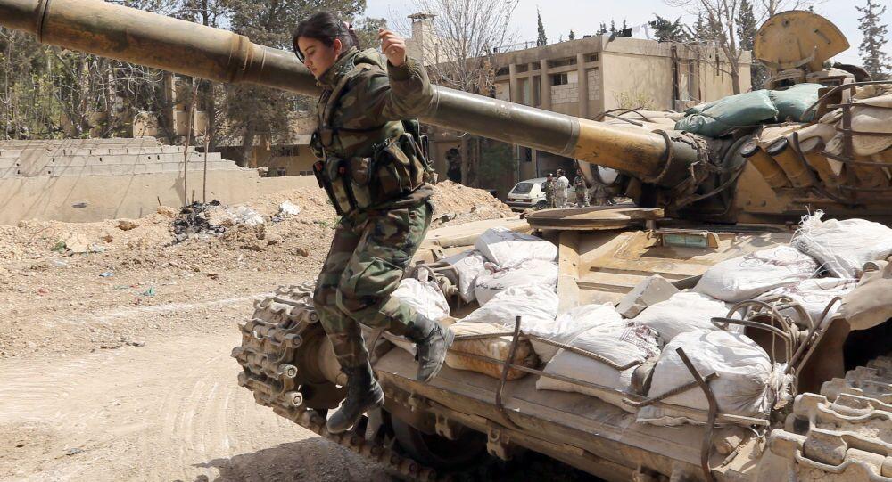 Soldado da Síria salta de um tanque durante confrontos com insurgentes na área de Jobar, no leste de Damasmo