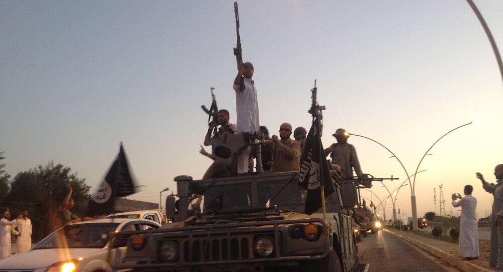 Militantes do Daesh com as armas nas mãos