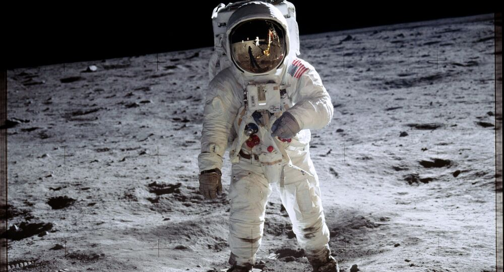 Astronauta Buzz Aldrin anda pela superfície lunar durante a 11 missão Apollo
