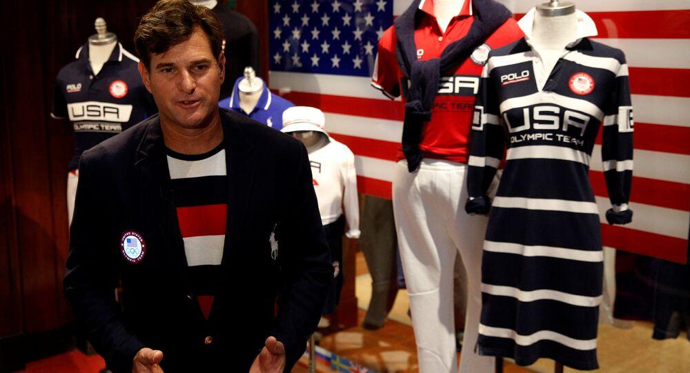 Cliff Meidl, atleta olímpico norte-americano vestido de uniforme de gala que a comitiva norte-americana irá usar durante a cerimônia de inauguração dos Jogos Olímpicos no Rio-de-Janeiro, na loja Polo Ralph Lauren em Nova York, EUA, 29 de julho de 2016.