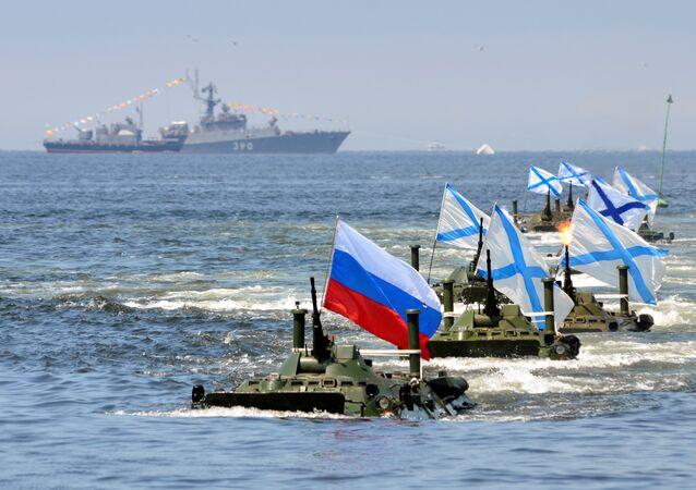 Veículos anfíbios russos durante um ensaio para o desfile do Dia da Marinha no porto de Vladivostok, na Rússia.