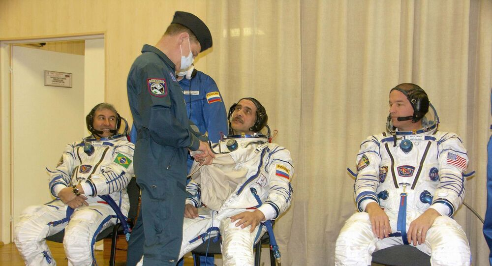 Marcos Pontes se preparando com seus colegas Pavel Vinogradov e Jeffrey Williams para o lançamento do Soyuz TMA-8, no cosmódromo de Baikonur