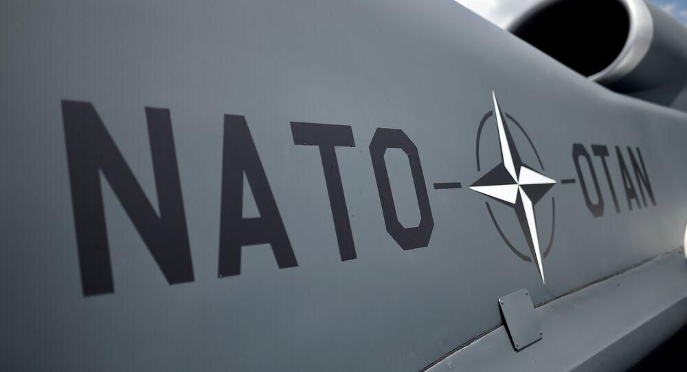 Fuselagem de drone da OTAN, em frente ao estádio nacional onde foi realizada a cúpula da OTAN em Varsóvia, 9 de julho de 2016, Polônia
