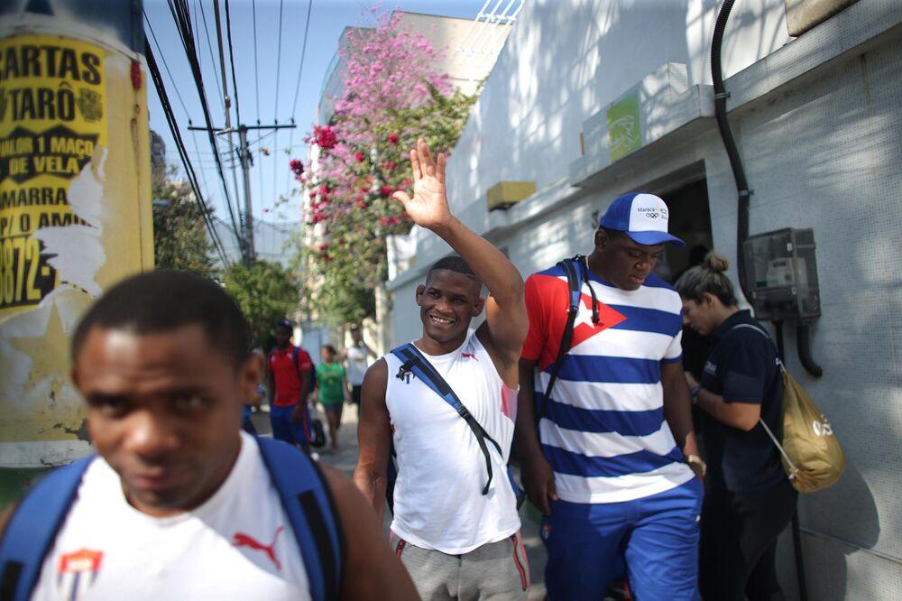 Alunos da Escola Meimei, vizinha do Hostel Maraca, fazem despedida para atletas Cubanos da Luta Olímpica