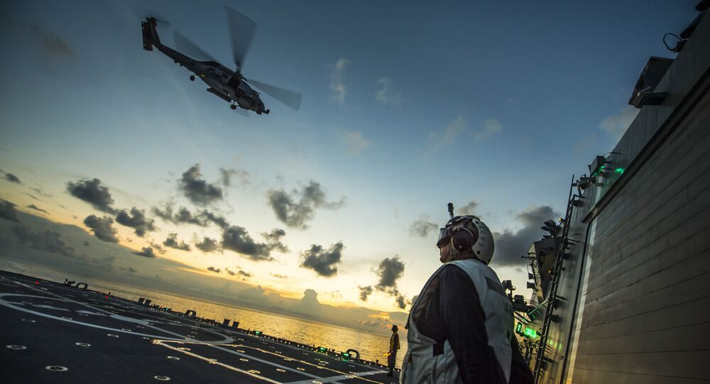 Helicóptero estadunidense MH-60R Seahawk decolando do navio USS Fort Worth (LCS 3) no mar do Sul da China (arquivo)