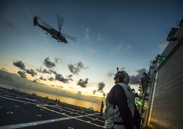 O helicóptero estadunidense MH-60R Seahawk está decolando do navio USS Fort Worth (LCS 3) no mar do Sul da China