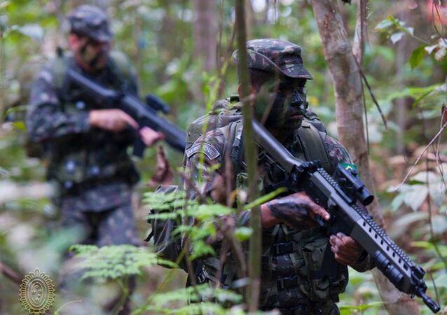 Exército Brasileiro em patrulhamento na floresta