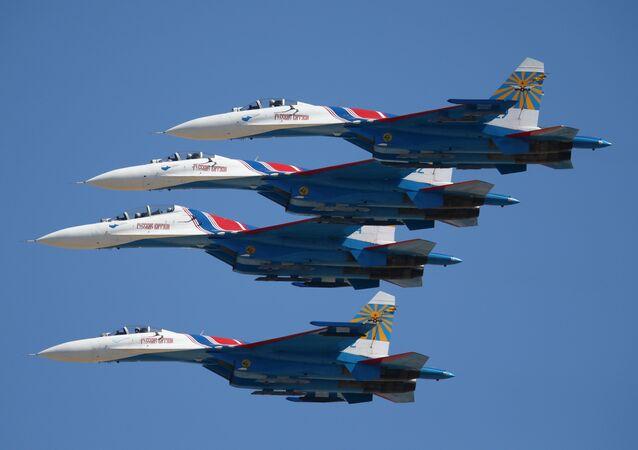 Caças multiuso Su-27 da esquadrilha acrobática Russkiye Vityazi durante o concurso Aviadarts 2016