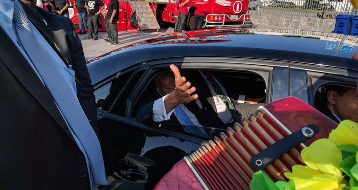 Artista de rua Fabinho Caxotada toca um música portuguesa para o presidente de Portugal Marcelo Rebelo de Sousa, no Porto Maravilha, Rio de Janeiro