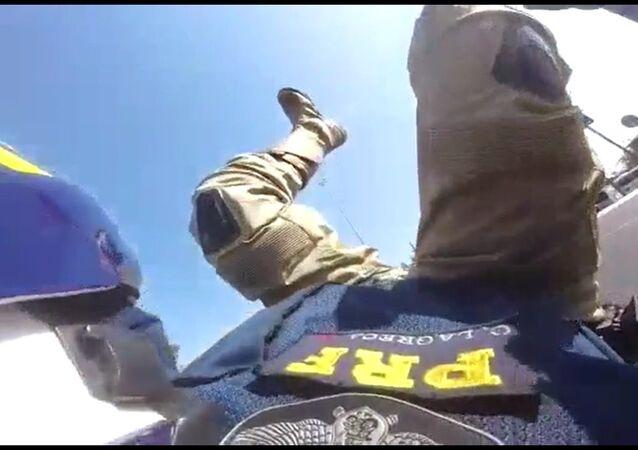 Acidente de moto em alta velocidade com agente da Polícia Rodoviária Federal.
