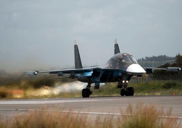Avião Su-34 levanta voo na base aérea de Hmeymim, Síria