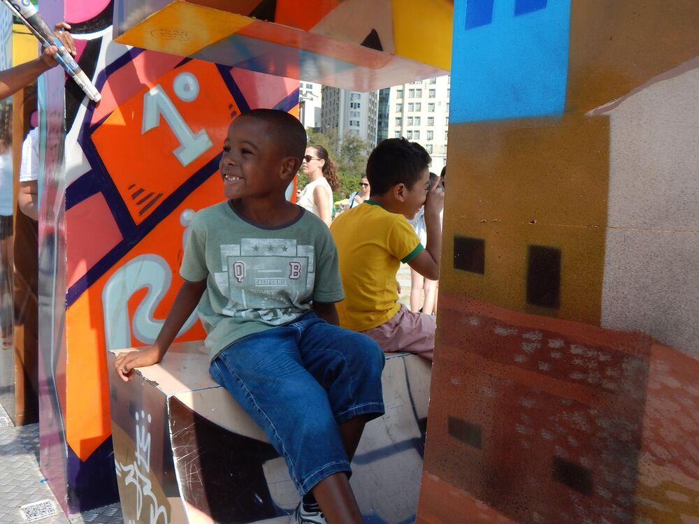 Crianças brincam nas letras do Cidade Olímpica