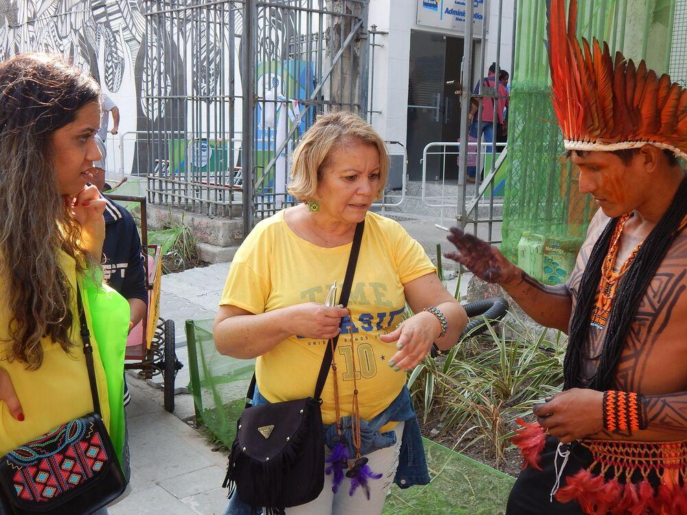 Turistas compram artesanato de índios no Boulevard Olímpico