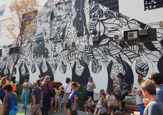 Grafite em preto e branco no Boulevard Olímpico