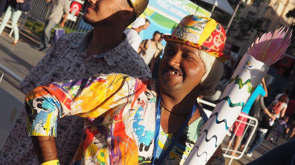Sósia do deputado Tiririca diverte turistas em frente à Casa Brasil