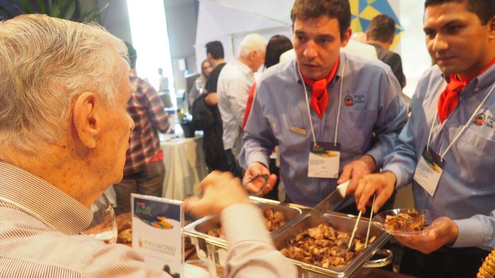Visitante prova carnes brasileiras na Casa Brasil
