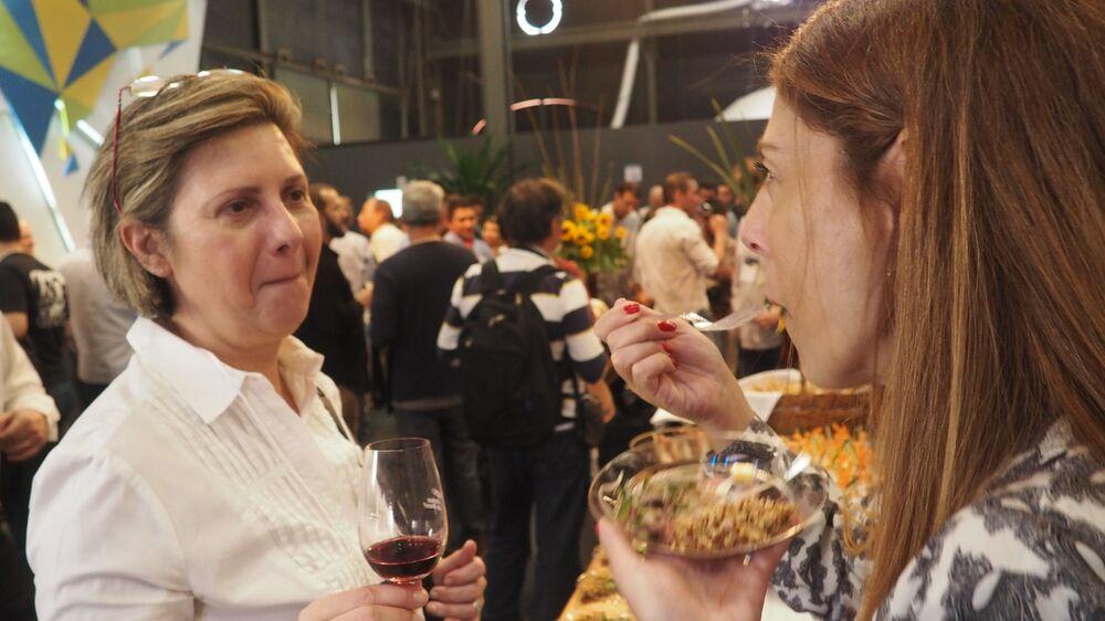 Mulheres provam vinhos e comidas típicas brasileiras na Casa Brasil