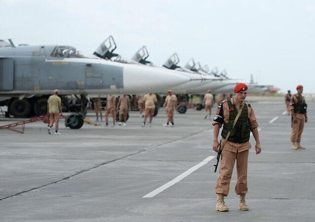 Militares russos na base aérea Hmeymim na Síria