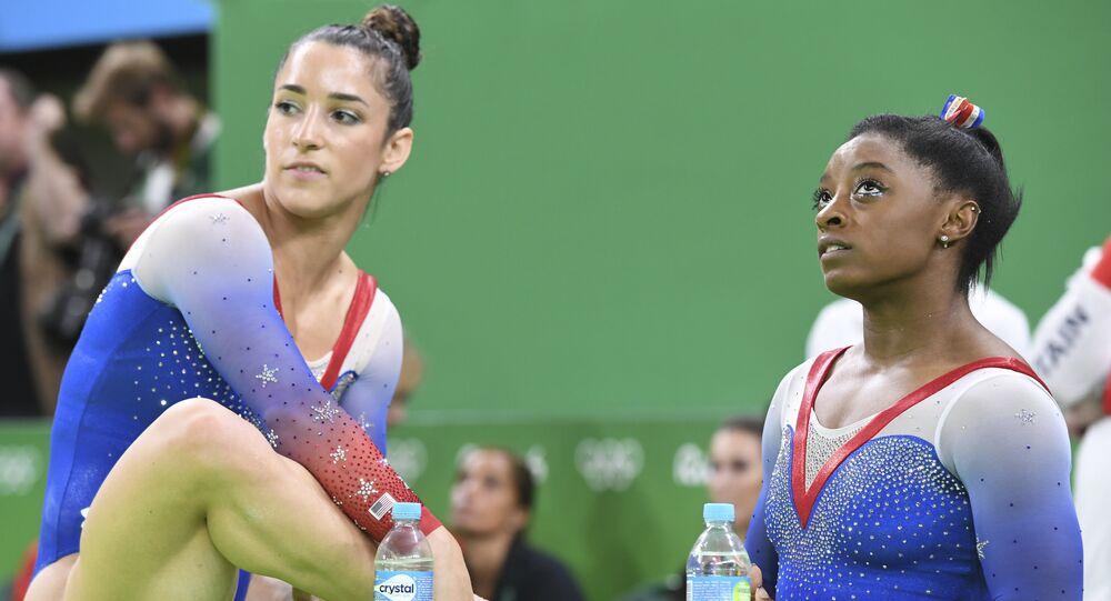 Alexandra Raisman e Simone Biles na Arena Olímpica nesta terça-feira, 16