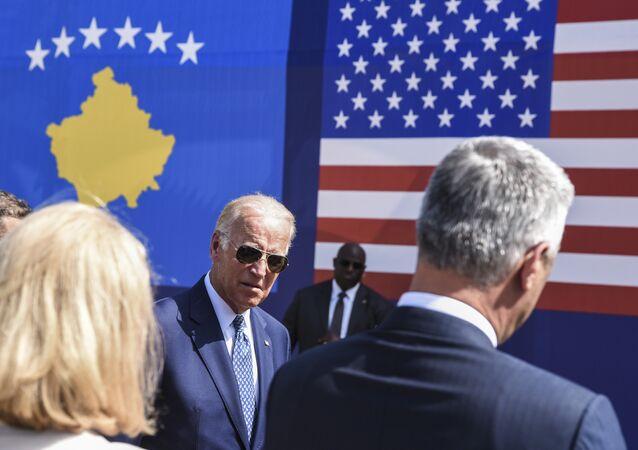 Vice-presidente norte-americano Joe Biden chega para a cerimônia em homenagem do seu filho falecido Joseph R 'Beau' Biden, III, perto de vila de Sojevo, Kosovo, 17 de agosto de 2016