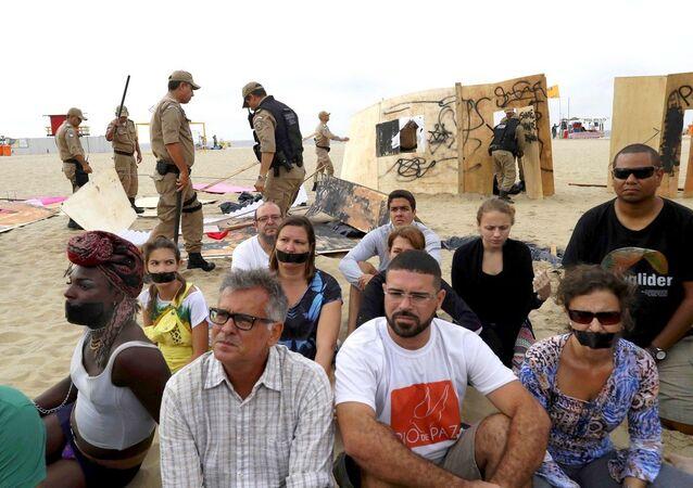 Guarda Municipal retira materiais da ONG Rio de Paz da Praia de Copacabana