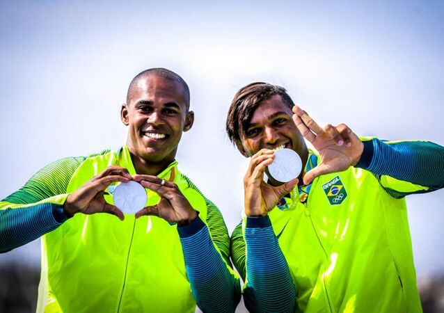 Brasil é medalha de prata na canoa dupla de 1000m com Isaquias e Erlon.
