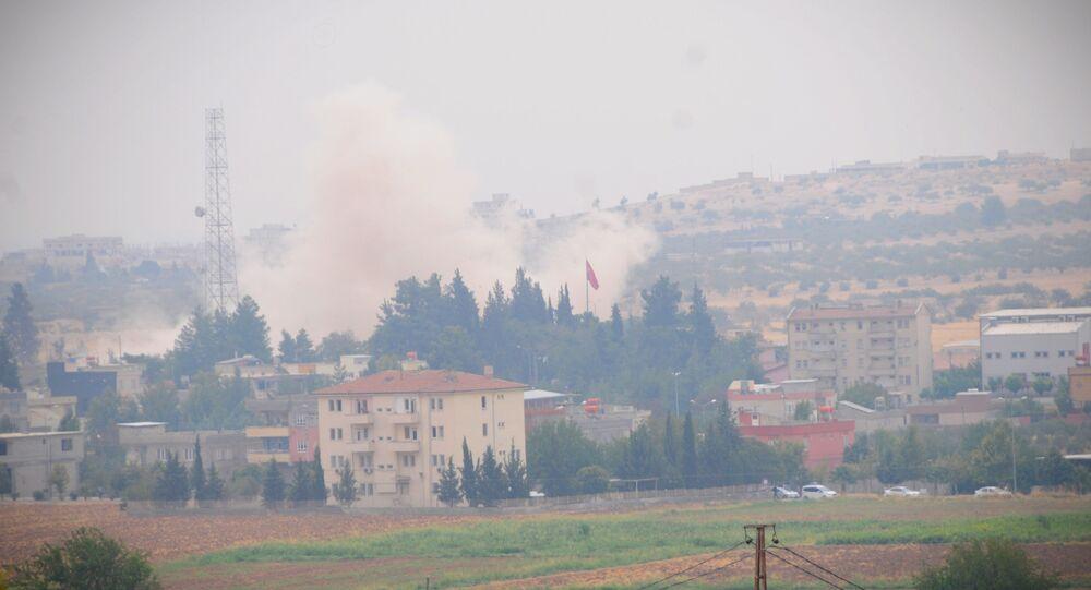 Fumaça do material bélico turco vista nas proximidades de Jarablus, na Síria