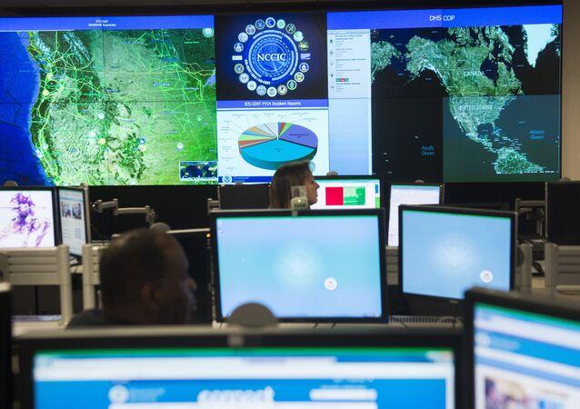 Funcionários do Centro de Cibersegurança Nacional em Arlington (EUA)