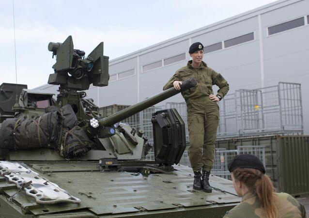 Soldada norueguesa em cima do veículo de combate CV90