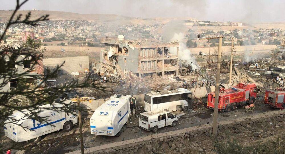 Polícia e bombeiros turcos após ataque do PKK em Cizre, sudeste da Turquia