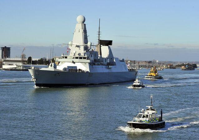 Porta-aviões HMS Daring, da Marinha Real Britânica, partindo do porto de Portsmouth, Reino Unido (arquivo)