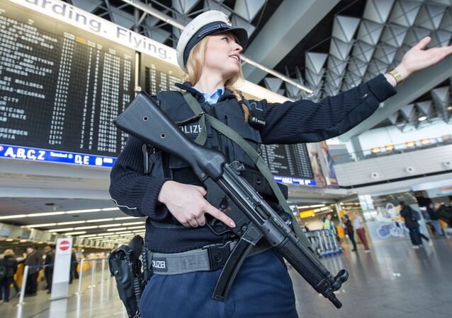 Policial armada no aeroporto de Frankfurt, Alemanha, março de 2016 (foto de arquivo)