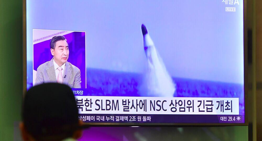 Homem vê notícias na TV sul-coreana sobre o lançamento de míssil balístico norte-coreano no aeroporto de Incheon, Coreia do Sul, agosto de 2016 (foto de arquivo)